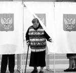 epaselect epa05545663 A woman holds her ballot while leaving a voting booth at a polling station in Moscow, Russia, 18 September 2016. Russians are called to the polls on 18 September to vote for a new State Duma, the 450-seat lower house of the Federal Assembly of Russia.  EPA/MAXIM SHIPENKOV - Вести+ТВ